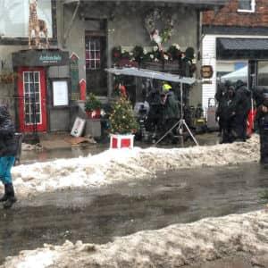 L'équipe de tournage en travail sur la rue Saint-Vincent. (Photo gracieuseté)